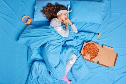 Почему хочется спать после еды: какие продукты клонят в сон и как питаться, чтобы сохранить активность