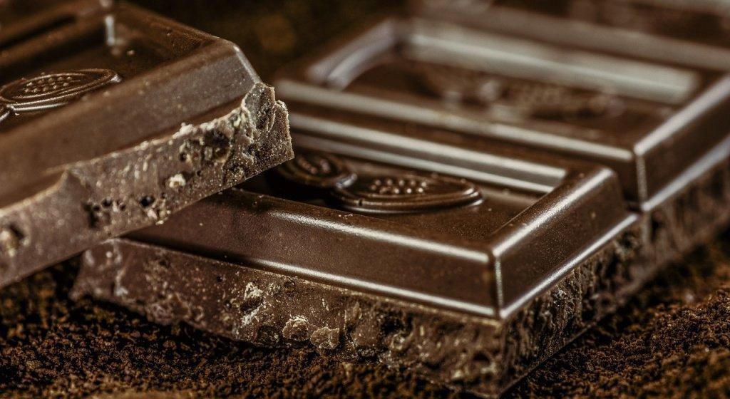 шоколад, горький шоколад, темный шоколад, как шоколад влияет на мозг, как шоколад влияет на настроение, как горький шоколад влияет на мозг, калорийность горького шоколада, горький шоколад польза и вред, черный шоколад, польза черного шоколада, чем полезен черный шоколад, сколько калорий в черном шоколаде, сколько черного шоколада можно в день, умственная деятельность, умственная работа, мозговая активность, повышение мозговой активности, умственная работа сжигает калории, средство для улучшения мозговой деятельности, польза шоколада, виды шоколада, шоколад вред, как выбрать черный шоколад