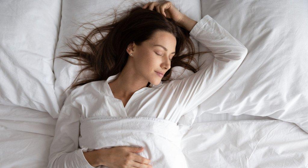 почему человек дергается во сне, дергаются ноги при засыпании, почему при засыпании дергается тело, почему люди дергаются во сне, движения руками во сне, движения во время сна, дергается нога во сне, человек дергается во сне, почему во сне дергаются руки и ноги, как не дергаться во сне, резкие движения во время сна, резкие движения во сне